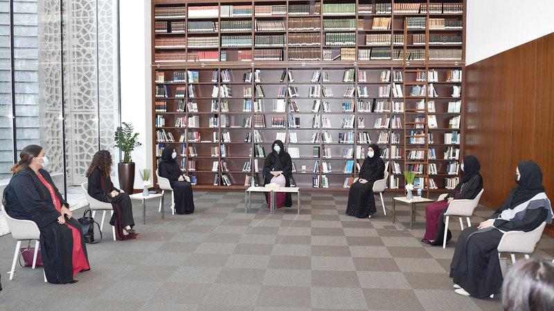 لطيفة بنت محمد خلال ترؤسها الجلسة الحوارية بحضور عدد من الكُتّاب الإماراتيين وشخصيات مؤثرة في المجتمع الأدبي وقطاع النشر بدبي والإمارات.   وام