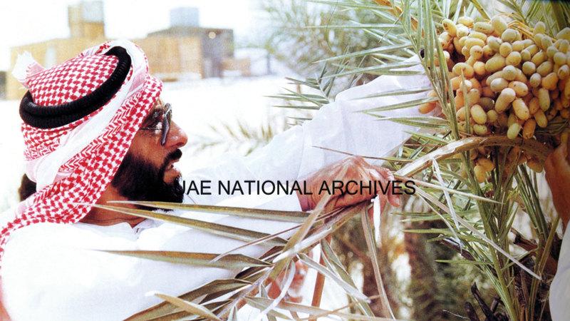 الشيخ زايد بن سلطان آل نهيان يبدي اهتماماً ومعرفة بالزراعة «ليوا - 24 يوليو 1979».    الأرشيف الوطني