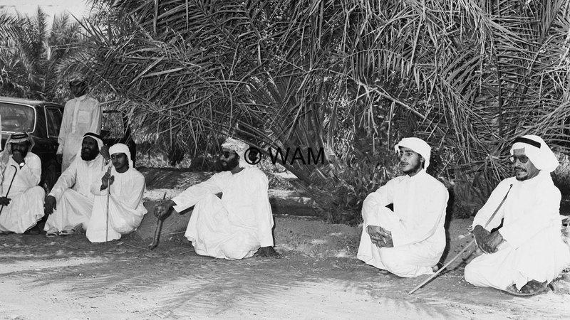 الشيخ زايد بن سلطان آل نهيان أثناء جولته في المنطقة الغربية «أغسطس 1986».    الأرشيف الوطني