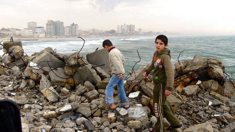 شاطئ غزة هو المتنفس الوحيد لأهالي «القطاع». أرشيفية