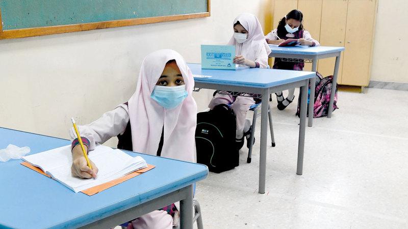 المدارس تبنت إجراءات احترازية للتقليل من احتمالية انتقال العدوى بين الطلبة.  تصوير: إريك أرازاس