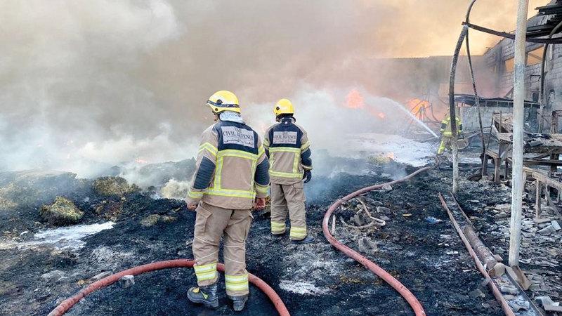3 مراكز دفاع مدني شاركت في مكافحة الحريق. من المصدر