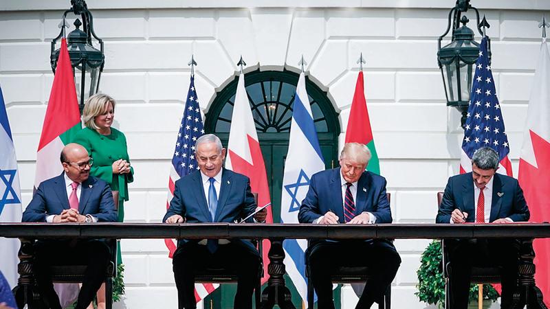 عبدالله بن زايد خلال توقيعه معاهدة السلام مع إسرائيل وإلى جانبه ترامب ونتنياهو والزياني. وام
