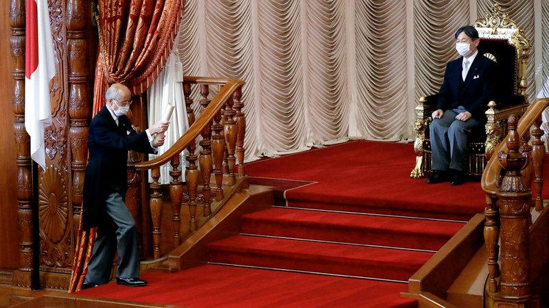 إمبراطور اليابان ناروهيتو لدى حضوره الجلسة الاستثنائية للبرلمان لاختيار رئيس وزراء جديد للبلاد.  رويترز
