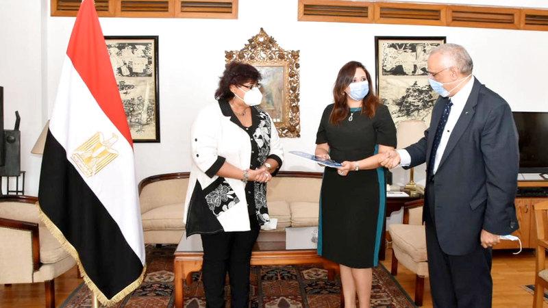 وزيرة الثقافة المصرية إيناس عبدالدايم مرحبة بحفيدة عارف رشا غنيم.  من المصدر