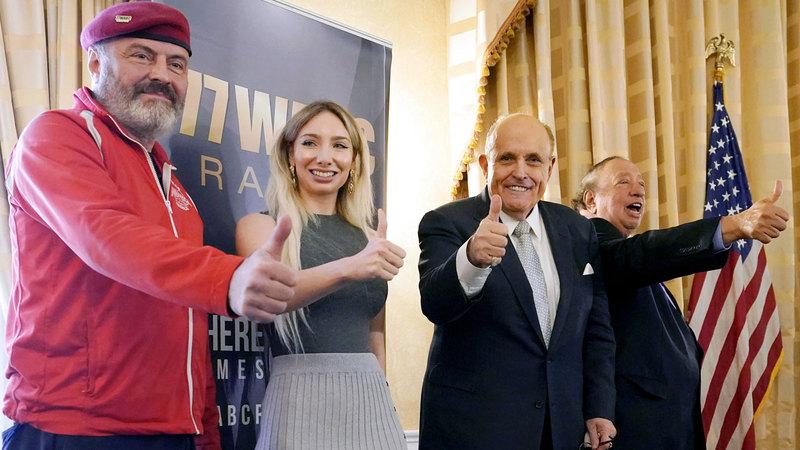 (من اليسار) المرشح لمنصب عمدة نيويورك كورتس شليوا، ورئيسة فرع الحزب الجمهوري في مانهاتن أندريا كاستيماتيدس، وعمدة نيويورك السابق رودي جولياني، ورجل الأعمال جون كاستيماتيدس، خلال المؤتمر الصحافي.  أ.ب