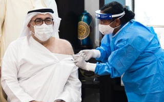 الصورة: العويس يتلقى الجرعة الأولى من لقاح «كوفيد-19»