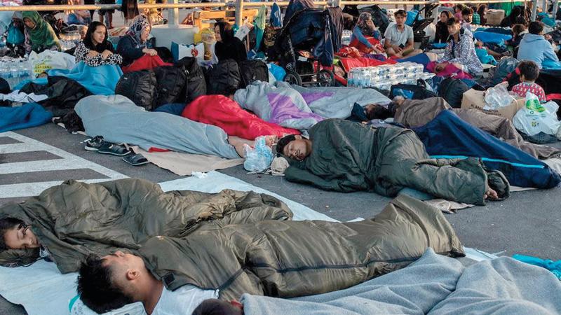 اللاجئون ينامون في شوارع جزيرة ليسبوس بعد حرق المخيمات التي كانوا يعيشون فيها. أرشيفية