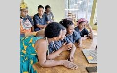 الصورة: نساء رواندا يجالسن أطفال اليابان «عن بُعد»