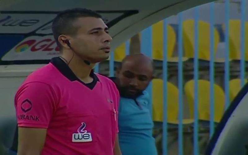 """الصورة: بالفيديو.. حكم مصري يقبل يده بعد أن أنصفته تقنية """"الفار"""""""