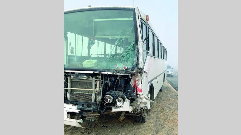 حادث بين مركبتين وقع أخيراً في أبوظبي بسبب الضباب.  من المصدر