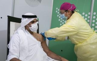 """خالد بن محمد بن زايد يتلقى الجرعة الأولى من لقاح """"كوفيد - 19"""" دعما للبرنامج الوطني"""