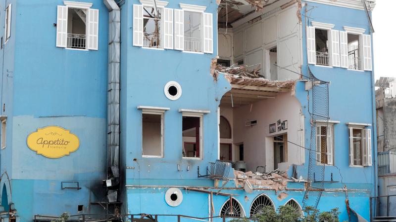 المبنى الأثري الأزرق الشهير بمنطقة الجميزة في بيروت الذي تضرر جراء الانفجار.  أ.ف.ب