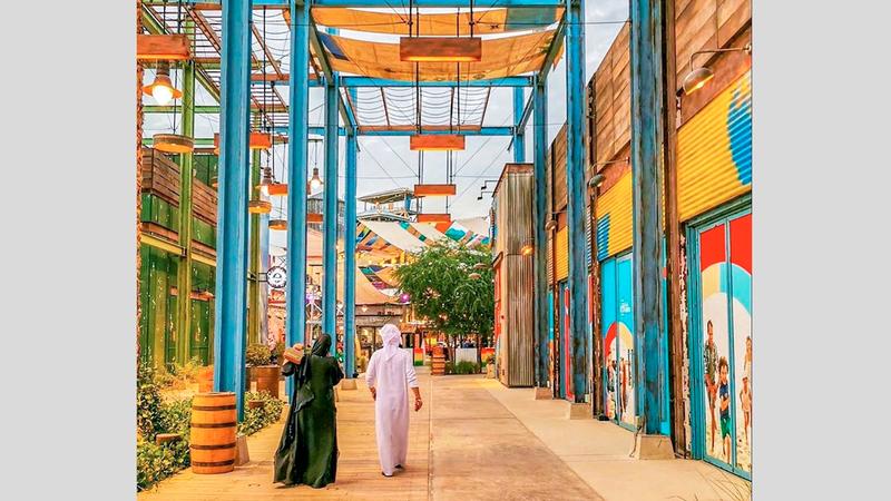 مجموعة واسعة من الأنشطة الاحتفالية والترفيهية وتجارب التسوق تنتشر في مختلف أنحاء المدينة.  من المصدر
