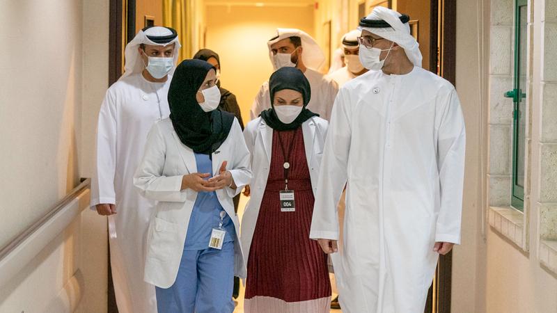 خالد بن محمد بن زايد خلال تفقده إجراءات اليوم الأول من عملية إعطاء اللقاح. وام