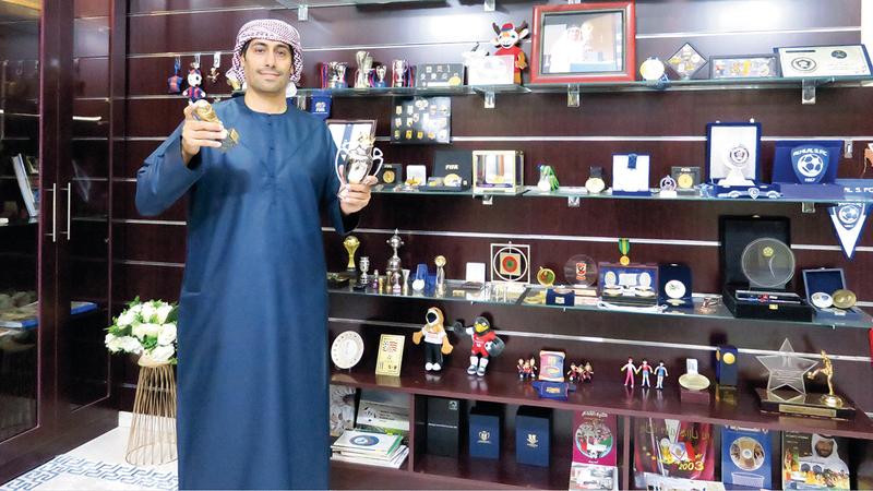 المهيري يستعرض نتاج عمله خلال السنوات الـ15 الماضية في متحفه المنزلي.  تصوير: أسامة أبوغانم