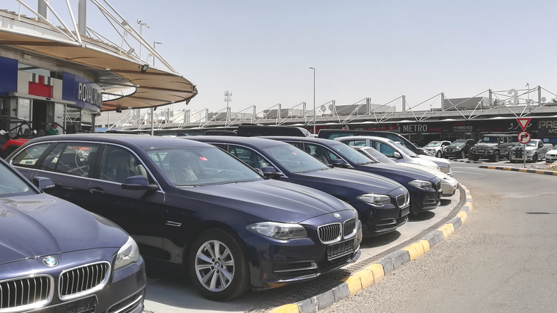 «سوق العوير» تقدم سيارات مستعملة مضمونة ذات جودة عالية بأسعار مناسبة. تصوير: أحمد عرديتي
