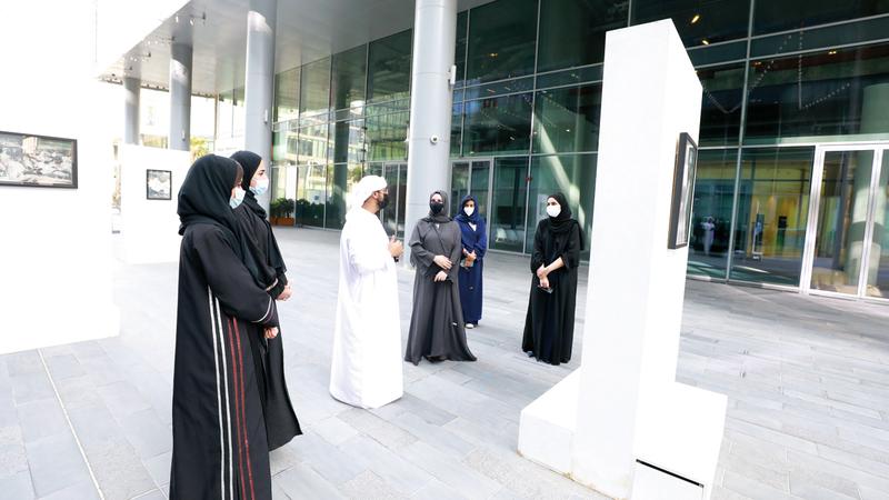 موضوع المعرض يركز على إبراز جوانب التماهي بين الثقافتين الشرقية والغربية. من المصدر