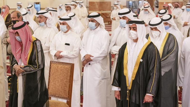 أمير الكويت وسيف بن زايد خلال صلاة الجنازة على جثمان الشيخ صباح الأحمد. وام