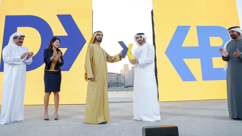 محمد بن راشد خلال الإعلان عن إطلاق الشعار الجديد لمطار دبي الدولي بحضور حمدان بن محمد وأحمد بن سعيد. من المصدر