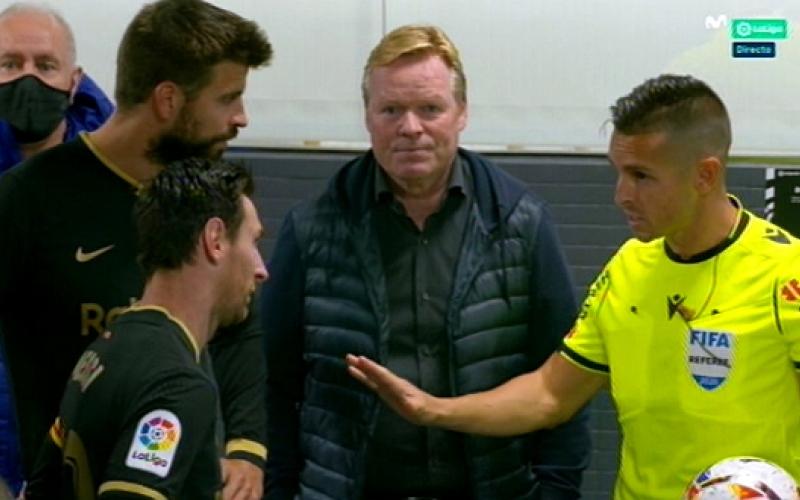 الصورة: بالفيديو.. ميسي والمدرب الهولندي وبيكيه يعترضون طريق الحكم بسبب بطاقة حمراء
