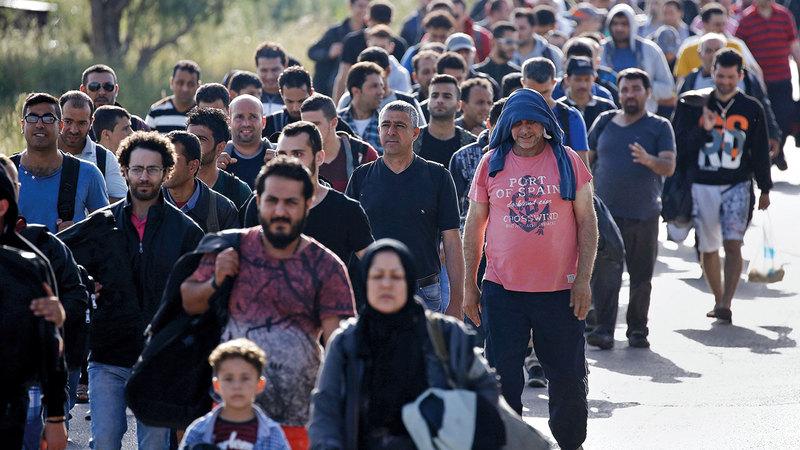 مئات المهاجرين الوافدين حديثاً يسيرون باتجاه مأوى مؤقت بعد وقت قصير من عبور جزء من بحر إيجه من تركيا إلى اليونان. رويترز
