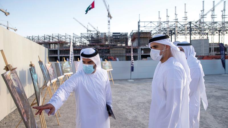 خالد بن محمد بن زايد يستمع إلى شرح عن تفاصيل المشروع الذي يتكون من طوابق عدة بمساحة إجمالية تصل إلى نحو 183 ألف متر مربع.وام