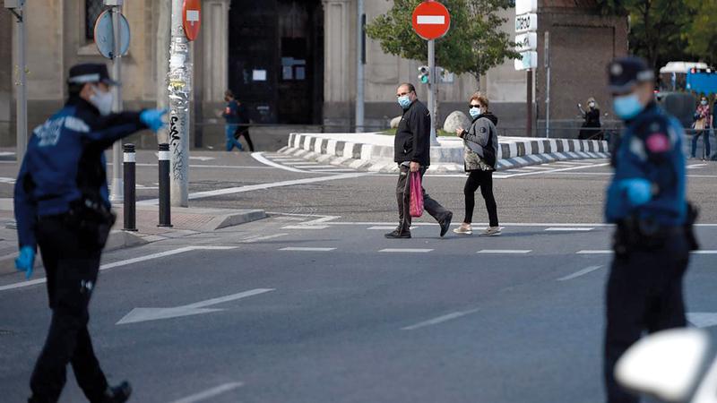 الشرطة في مدريد تراقب التزام المارة بوضع الأقنعة. عن المصدر