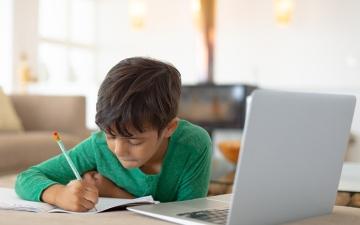 الصورة: 5 توصيات للآباء تساعد أطفالهم خلال التعلم عن بعد