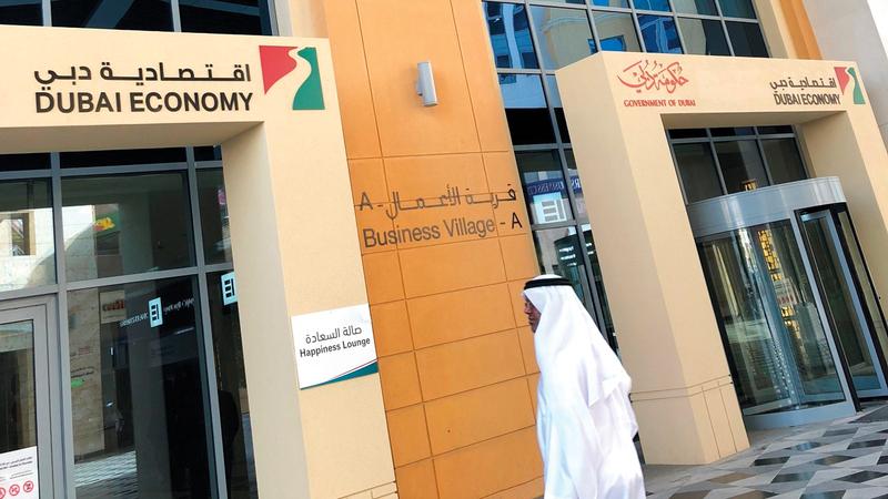 اقتصادية دبي تخالف 8 منشآت لعدم ارتداء الكمامات والتباعد الجسدي. أرشيفية