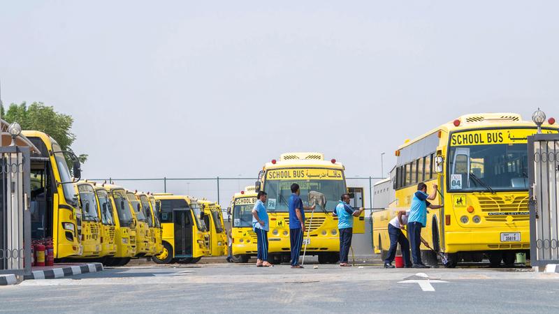 تنظيف وتعقيم الحافلات المدرسية بصورة يومية لحماية الطلبة. تصوير: أحمد عرديتي