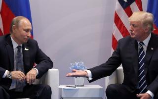 """الصورة: بايدن يهدي بوتين نظارة شمسية من طراز فييتر """"الطيار"""""""