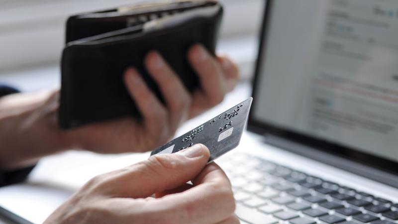 نصائح للمستهلكين بعدم شراء السلع قبل مقارنتها في مواقع التسوق الإلكتروني الأخرى. ■ أرشيفية