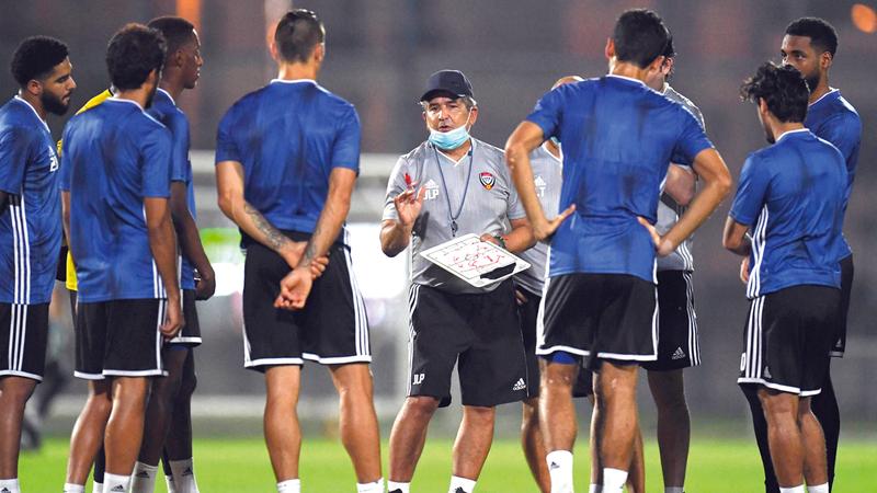 المدرب بينتو يوجه اللاعبين خلال معسكر دبي الحالي.  من المصدر
