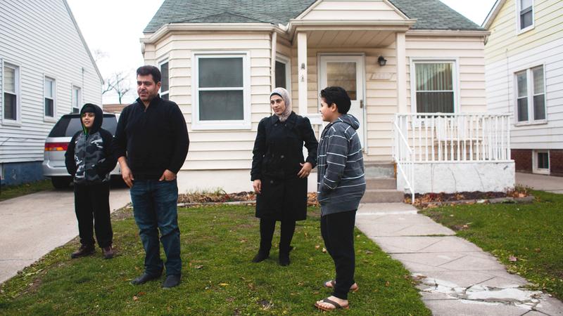 عائلة سورية أمام منزلها في ميشيغان.■ أرشيفية