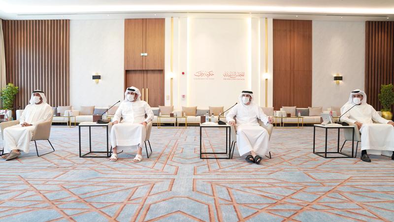 حمدان بن محمد خلال ترؤسه اجتماع «المجلس» بحضور مكتوم بن محمد. وام