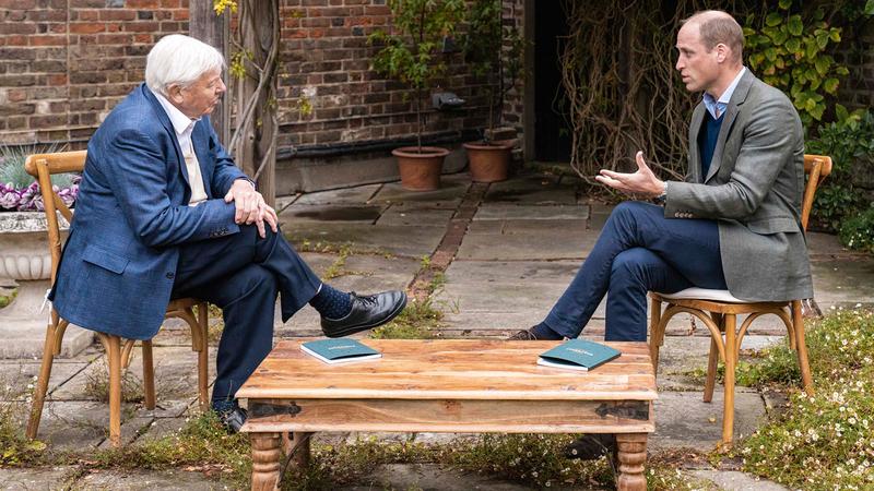 الأمير ويليام (يمين) خلال اجتماعه مع عالم الطبيعة ديفيد أتينبورو لمناقشة تفاصيل الجائزة.  أ.ب