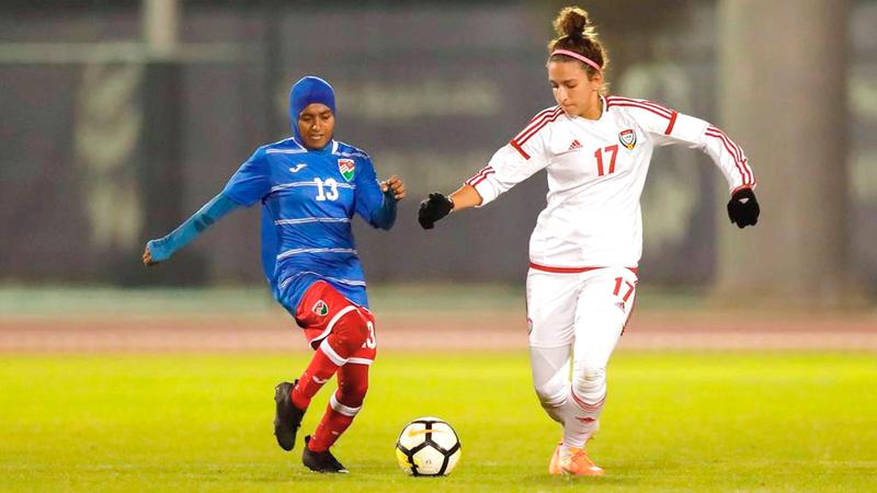 نجمة منتخب السيدات أمل وائل تلعب في مركز المهاجم الصريح وترتدي القميص رقم 17. ■ من المصدر