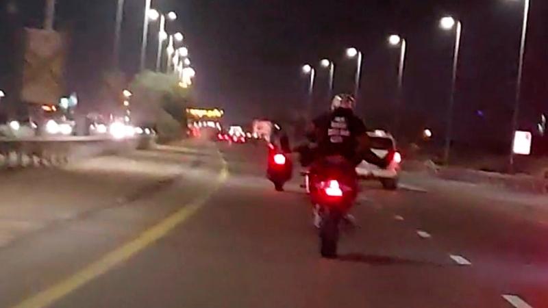 سائقو الدراجات النارية عرّضوا حياتهم وحياة الآخرين للخطر.                        الإمارات اليوم