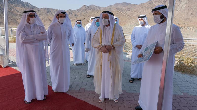 حاكم الشارقة خلال افتتاحه طريق كلباء. من المصدر