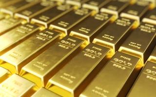 الصورة: انخفاض الدولار والتحفيز يرفعان الذهب عالمياً
