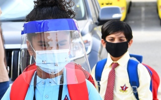 الصورة: «صحة دبي» تحذّر من الكمامة المزودة بصمام الزفير داخل المدارس