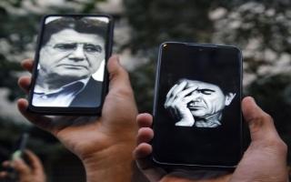 الصورة: وسط دموع محبيه في إيران.. دفن الموسيقار محمد رضا شجريان قرب قبر الفردوسي