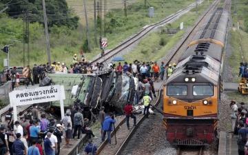 الصورة: بالصور.. تصادم بين قطار وحافلة ركاب قرب بانكوك