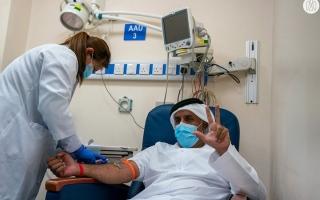 الصورة: تطعيم مواطنين بلقاح «كورونا» ضمن الاستخدام الطارئ
