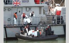 الصورة: بريطانيا تستخدم الشباك لتعطيل قوارب الهجرة