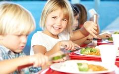 الصورة: زيادة إقبال الأطفال على الوجبات المدرسية المجانية في بريطانيا