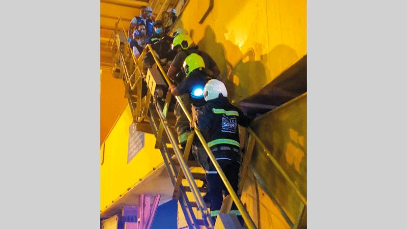 فرق المهمات الصعبة استخدمت نقالة مُخصصة لعمليات الإنقاذ. من المصدر