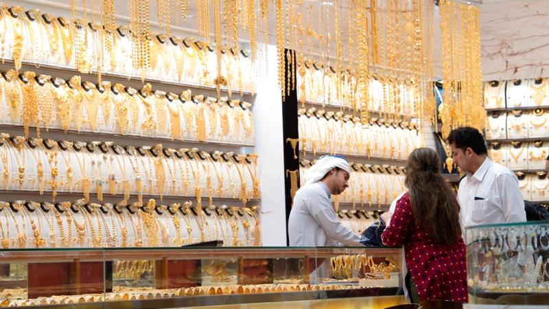 سعر غرام الذهب من عيار 24 قيراطاً بلغ 230.25 درهماً. ■ أرشيفية