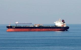 الصورة: ارتفاع إصابات «كورونا» وقوة الدولار يهبطان بأسعار النفط